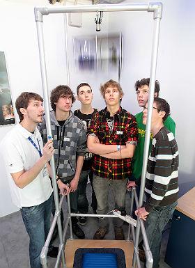 """(K)ein kniffliger Fall: die Gravitation! Im DLR_School_Lab Berlin können Nachwuchsforscher die Schwerkraft """"austricksen"""