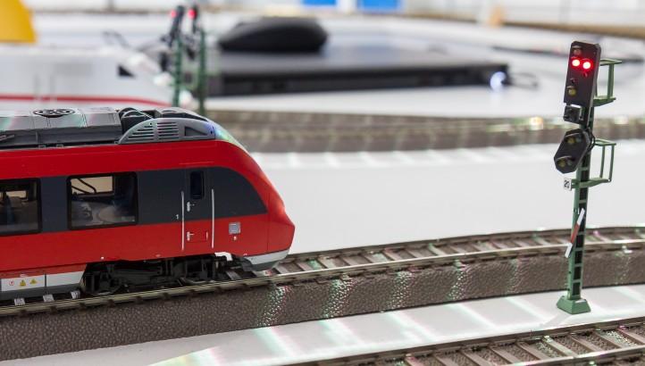 Positionsbestimmung von Zügen mittels Satellitennavigation. Bild: DLR (CC-BY 3.0).