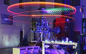 Das hier ist der Rotorversuchsstand im Institut für Flugsystemtechnik. Was hier in der echten Forschung untersucht wird, geschieht im DLR_School_Lab in kleinerem Maßstab. Bild: DLR