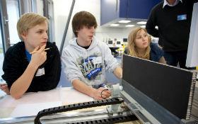 Schüler am Ultraschallversuchsstand im DLR_School_Lab. Bild: DLR