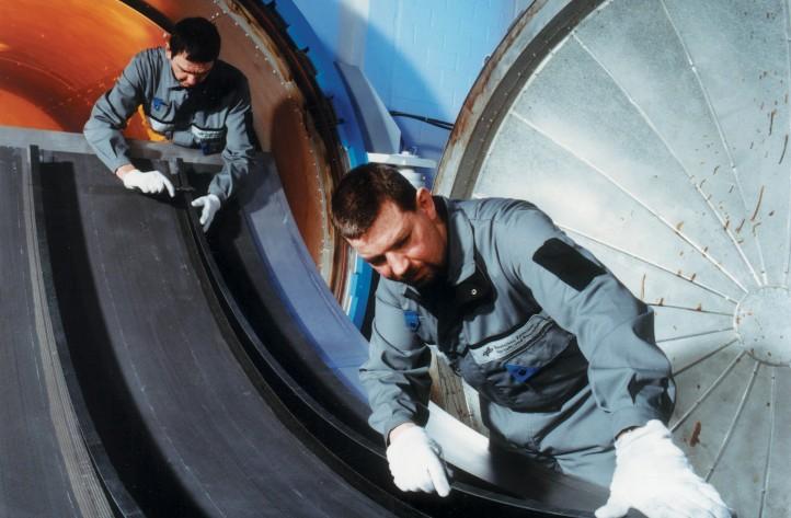 Rumpfschale eines Flugzeugs aus kohlefaserverstärktem Kunststoff (CFK). Auch solche Bauteile werden mittels Ultraschall auf ihre Unversehrtheit hin überprüft. Bild: DLR