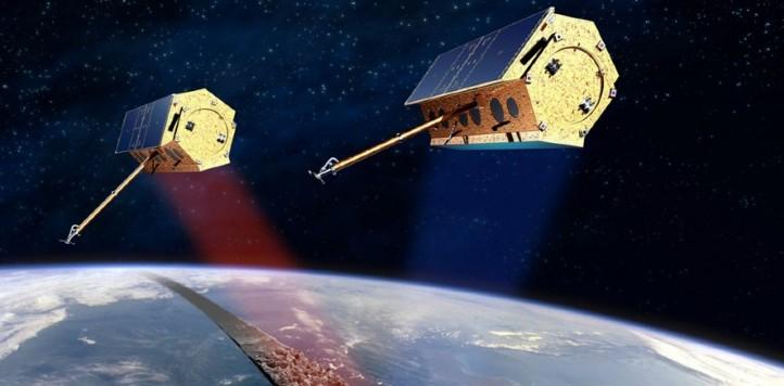 Die Radarsatelliten TerraSAR-X und TanDEM-X umkreisen die Erde in einem Abstand von wenigen hundert Metern und machen 3D Aufnahmen von der Erdoberfläche. Quelle: Astrium GmbH