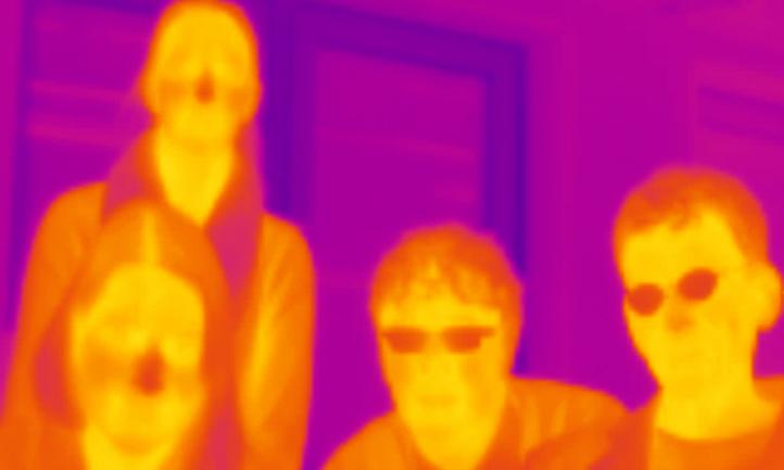 Schüler posieren für die Infrarot-Kamera im DLR_School_Lab Bremen. Bild: DLR