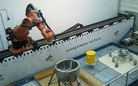 Die Testanlage LAMA mit Lande- und Rovergestell. Hier werden Landungen und Roverfahrten unter verschiedenen Schwerkraftbedingungen simuliert. Bild: DLR (CC-BY 3.0)
