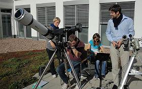 Was ist gerade auf der Sonne los und wie beeinflusst uns das Weltraumwetter? Mit den Sonnenteleskopen des DLR_School_Lab Bremen könnt ihr diesen Fragen nachgehen. Bild: DLR