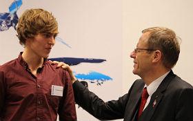 Prof. Jan Wörner im Gespräch mit einem Nachwuchsforscher. Bild: DLR