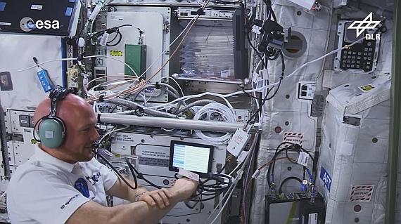 Alexander Gerst beim letzten Funkkontakt mit dem DLR_School_Lab Braunschweig.
