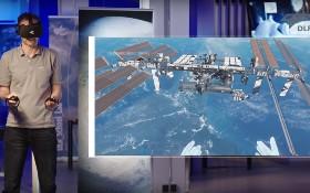 Wie hoch fliegt die Internationale Raumstation? Wie lange können sich Menschen auf dem Mond aufhalten? Und wieso strahlt der Mond so hell? Tobi macht sich mit euch gemeinsam auf zu einer Reise ins Weltall.