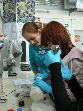 Schülerinnen messen Chemikalien zur Herstellung von Mikrokapseln ab. Bild: DLR