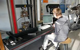 Mithilfe einer Prüfmaschine, wie sie auch in der aktuellen Forschung verwendet wird, können die Proben auf ihre Zugfestigkeit getestet werden. Bild: Technische Sammlungen Dresden