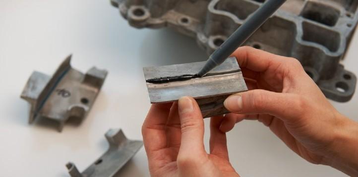 Forscher vom Fraunhofer IWS in Dresden entwickeln Klebstoffe zum Zusammenfügen von Bauteilen im Auto. Bild: J. Jeibmann, Fraunhofer IWS