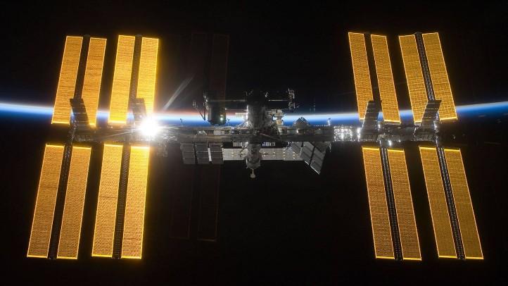 Strom im All: Die Sonnenpaddel der ISS. Quelle: NASA