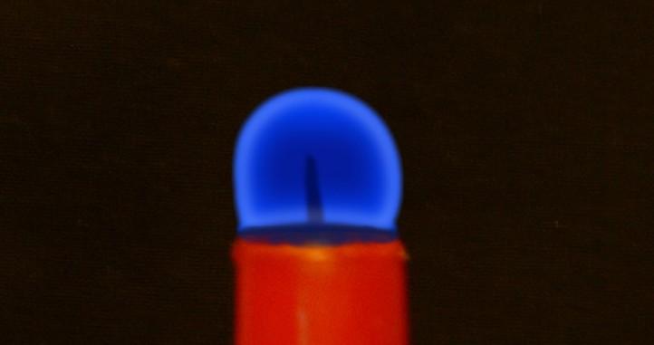 Kerzenflamme in Schwerelosigkeit. Bild: DLR (CC-BY 3.0)
