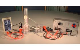 Ein einfacher Aufbau zur Untersuchung von Energieumwandlungen im DLR_School_Lab Köln. (V.l.n.r.: Solarzelle, Elektrolyseur, Brennstoffzelle, Messgerät und Verbraucher). Bild: DLR (CC-BY 3.0)
