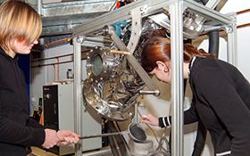 Schülerinnen an der Kometensimulationsanlage. Bild: DLR