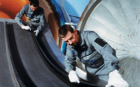 Qualitätskontrolle an einer Flugzeug-Rumpfschale. Bild: DLR