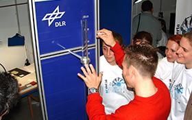 Fallvorrichtung zur Prüfung von Materialeigenschaften. Bild: DLR