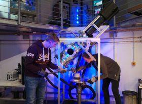 Kometenmaterial wird in die Simulationskammer eingefüllt. Bild: DLR