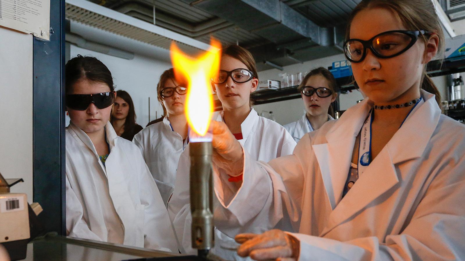 Wie heiß ist eine Flamme und wie kann man sogar die Temperatur im Inneren einer Flamme messen? Das ist eine von vielen Fragen aus der Verbrennungsforschung – einem der vielen Themen des DLR_School_Labs in Lampoldshausen. Die Forschungsarbeiten, die hier in Form von Mitmach-Experimenten altersgerecht vermittelt werden, finden sowohl bei Raketenantrieben wie auch in der umweltfreundlichen Energieversorgung Anwendung. Bild: DLR