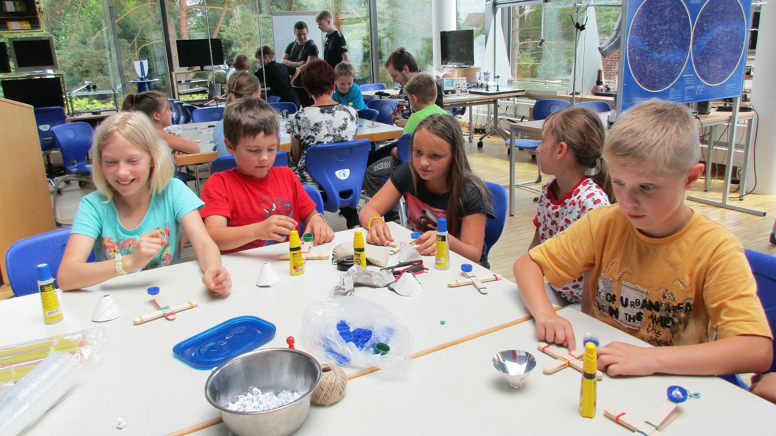 Das Angebot des DLR_School_Labs Neustrelitz richtet sich an Kinder und Jugendliche aller Altersstufen, von der Grundschule bis zur Oberstufe weiterführender Schulen. Bild: DLR