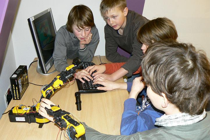 Erprobung eines ferngesteuerten Roboterarmes. Bild: DLR