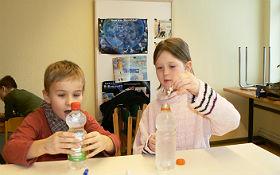 Freude und Staunen über den selbst gebastelten Flaschenteufel (Cartesianischer Taucher). Bild: DLR
