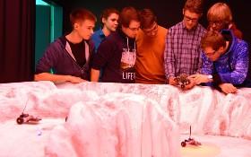 Schülerinnen und Schüler experimentieren mit dem ASUROnaut. Bild: DLR