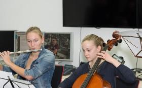 Schülerinnen geben im Columbus-Kontrollzentrum ein Konzert – im Hintergrund hört ESA-Astronaut Paolo Nespoli gespannt zu. Bild: DLR
