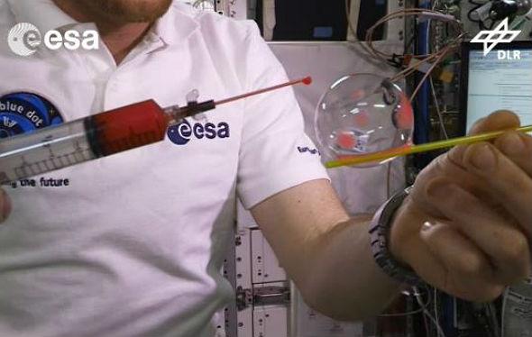 Alex untersucht Seifenblasen in Schwerelosigkeit