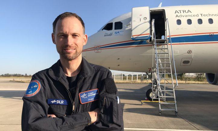 Hier steht Tobi vor dem großen DLR-Forschungsflugzeug, mit dem er einen Trainingsflug unternimmt – natürlich zusammen mit zwei erfahrenen DLR-Testpiloten. Bild: DLR