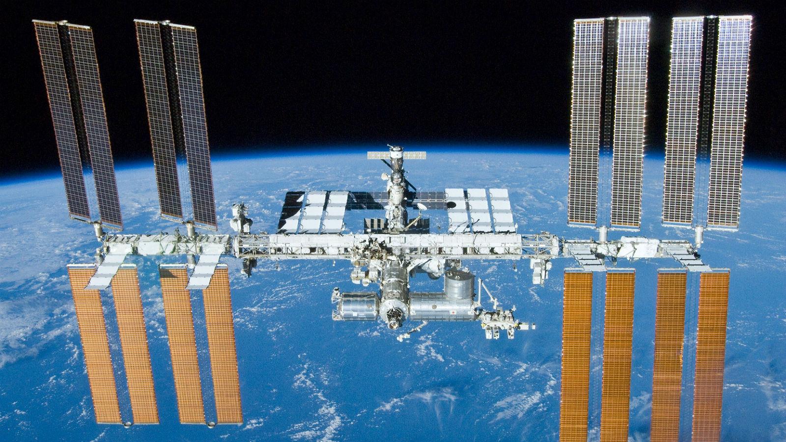 Die ISS: Man erkennt die riesigen Solarpanels und die einzelnen röhrenförmigen Module. Bild: NASA