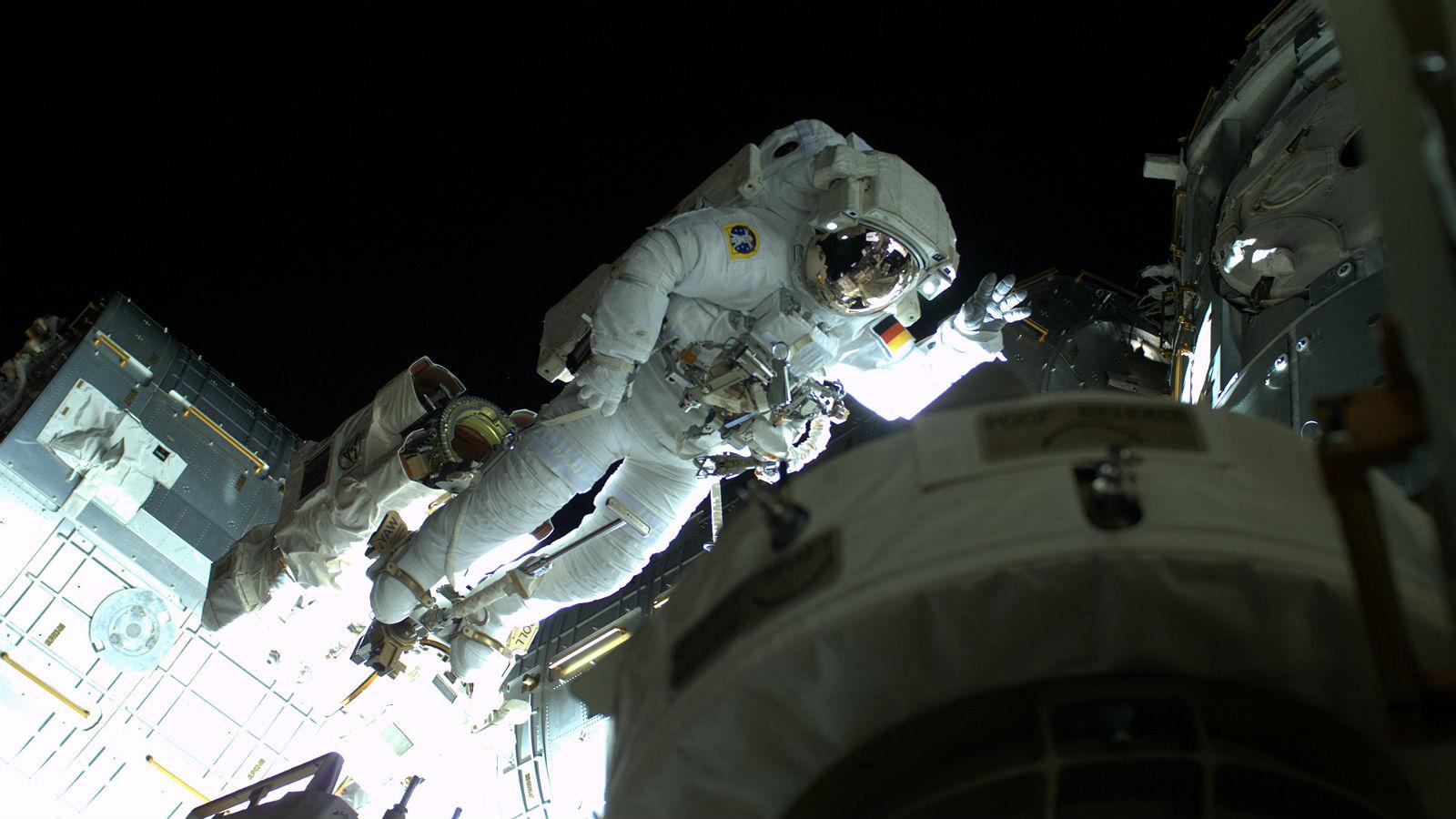 Alex beim Spacewalk. Der Raumanzug ist fast so etwas wie ein kleines Raumschiff – mit Klimaanlage und Luftversorgung und sogar mit einem kleinen Düsenantrieb für den Notfall. Bild: NASA/ESA