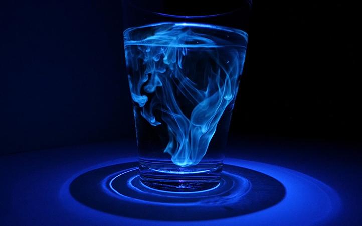 Kastanienholz sondert Aesculin ab. Dieser Stoff leuchtet magisch unter UV-Licht.