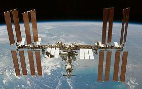In der Internationalen Raumstation (ISS) leben Astronauten und erforschen das Weltall. Ohne die Technik der Lageregelung würde sie immer weiter aus ihrer Umlaufbahn fallen. Source: NASA/JSC