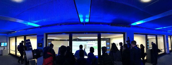 Die Jugend-forscht-Sieger im Raumfahrt-Kontrollzentrum. Von der Besucherbrücke aus blicken die Jungforscher in die einzelnen Kontrollräume. Bild: DLR