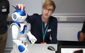 Junge Talente programmieren Roboter. Bild: DLR