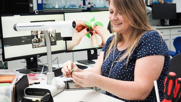 Eine Brausetabletten-Rakete wird gebastelt – hier von einer Mitarbeiterin im DLR_School_Lab, zeitgleich von den Teilnehmerinnen zu Hause. Bild: MinTU, TU Dortmund