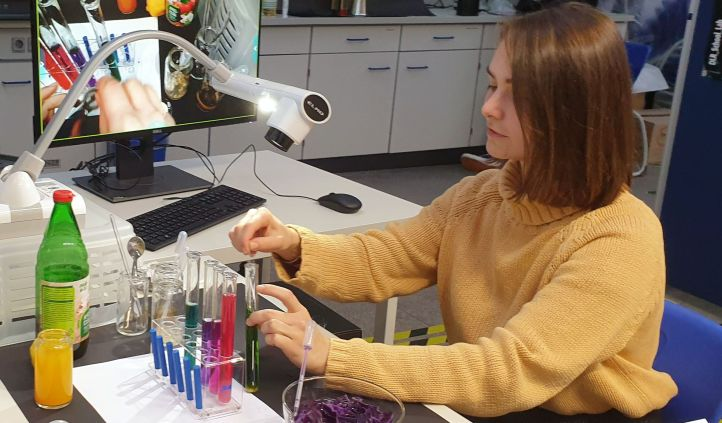 Was man mit Flüssigkeiten alles anstellen kann, demonstrierten die Tutorinnen im DLR_School_Lab – und per Online-Schaltung konnten die Kinder zusehen und es nachmachen. Bild: TU Dortmund