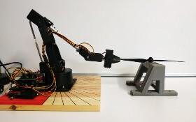 Torsions- und Biegeversuch an selbstgebauten Rotorblättern aus faserverstärktem Filament mit einem Roboterarm. Bild: Universität Augsburg