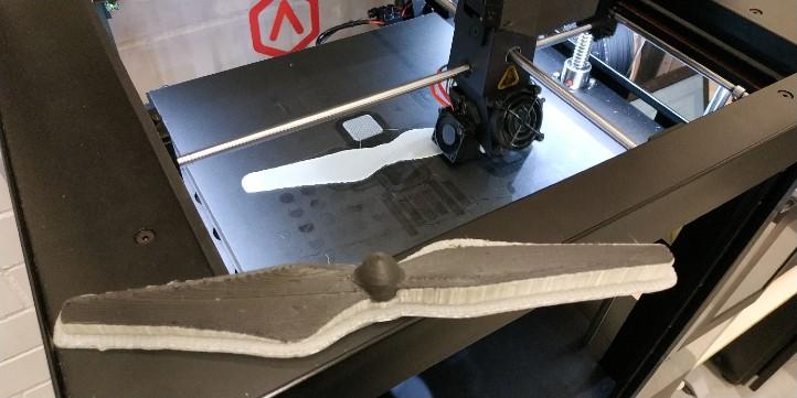 Fertigung eines Rotorblattes aus Faserverbund mittels 3D-Druck. Bild: Universität Augsburg