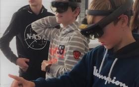 Schüler folgen Arbeitsanweisungen in einem MR-Szenario. Bild: Universität Augsburg