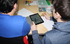 Schüler konstruieren ihre eigene LEGO®-Drohne. Bild: Universität Augsburg