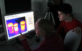 Die Infrarotkamera macht Unsichtbares sichtbar. Im DLR_School_Lab Berlin leuchten nicht nur die Augen der Nachwuchsforscher. DLR/Gossmann