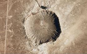 Der Barringer-Krater in Arizona entstand vor 50.000 Jahren durch einen Asteroid. Bild: NASA