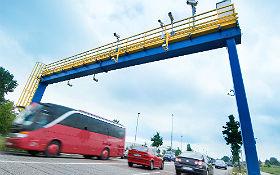 DLR measurement span installed on Ernst-Ruska-Ufer in Berlin-Adlershof for traffic research. Image: DLR/Markus Steur