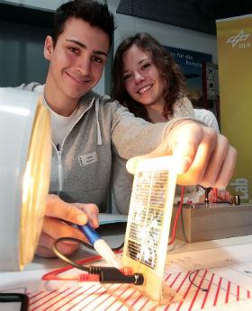 Auf der Sonnenseite: Im DLR_School_Lab Berlin geht den Nachwuchsforschern ein Licht auf. Bild: DLR/Gossmann