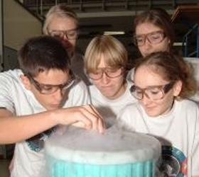 In den DLR_School_Labs – den Schülerlaboren des DLR – können Jugendliche selbst experimentieren. Urteil der Schülerinnen und Schüler: So macht Physik richtig Spaß. Bild: DLR