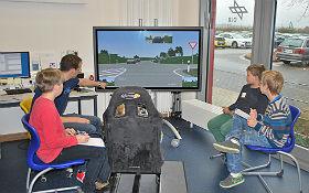 Testfahrt im Fahrsimulator. Die jugendlichen Forscher ermitteln alle Auffälligkeiten im Fahrverhalten und diskutieren mögliche Ansatzpunkte für Assistenzsysteme. Credit: DLR