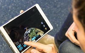 Newton im 21. Jahrhundert: Auf Tablets kann interaktiv den Ursachen der Schwerelosigkeit und den Grundlagen der Bahnmechanik nachgegangen werden. Credit: DLR