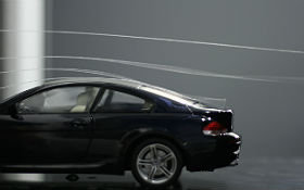 Mittels Fadensonden kann die Strömung um verschiedene Objekte wie Autos oder Tragflächen von Flugzeugen sichtbar gemacht werden. Credit: DLR
